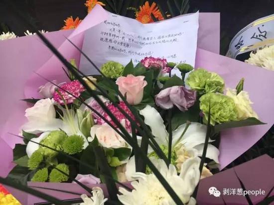 地震留念墙前的鲜花。