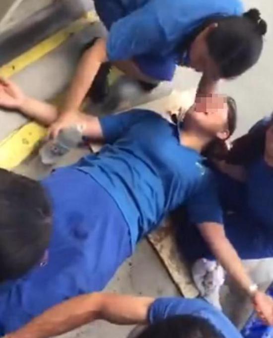 女工疑似中暑瘫倒在地。