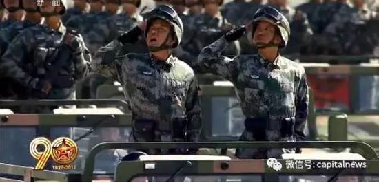 李宗利少将(左)