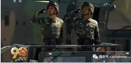 张明国少将(左)