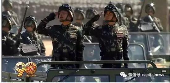 张建刚少将(左)