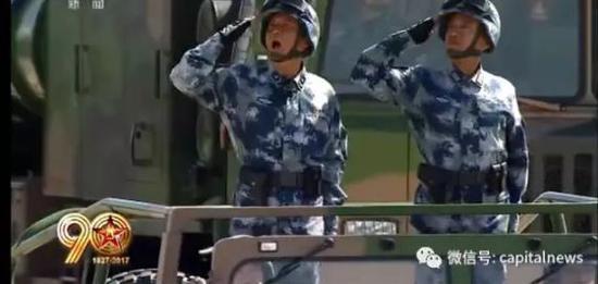 刘明豹少将(左)