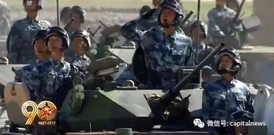 孙向东少将(右二)