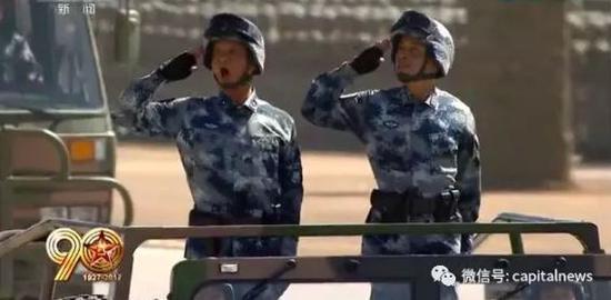 毛明荣少将(左)