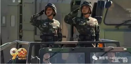 兰吉银少将(左)