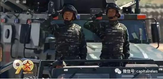 徐平少将(左)