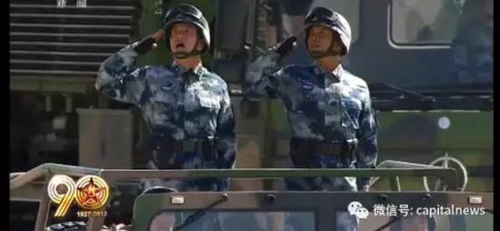 孟宪章少将(左)