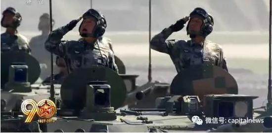 赵宇少将(左)