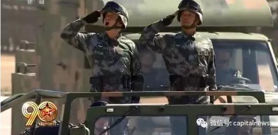 吴亚非少将(左)