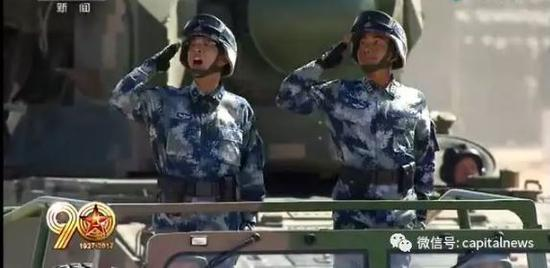 董玉江少将(左)