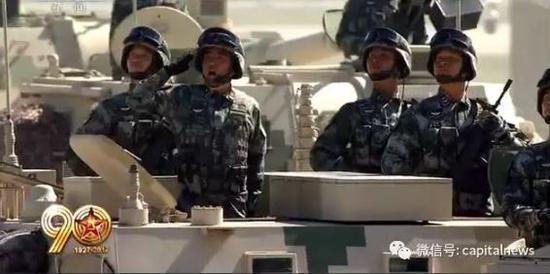 柳林少将(左二)