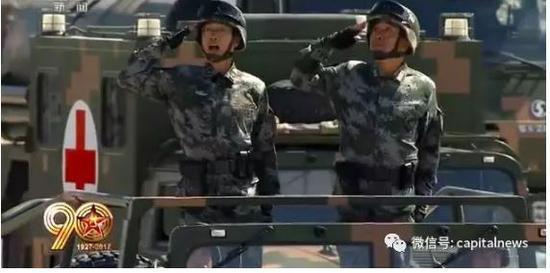 殷志红少将(左)