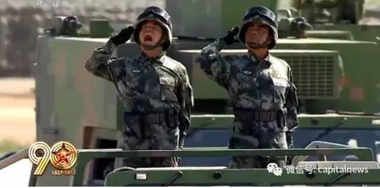易建设少将(左)