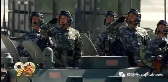 黄桃益少将(左二)