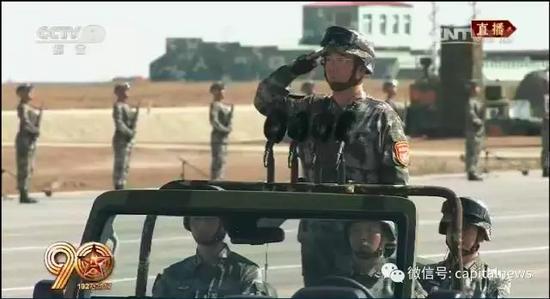 """阅兵总指挥向习近平敬了一个军礼,大声报告:""""主席同志,受阅部队列队完毕,请您检阅!"""""""