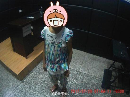 7月29日早上,小芸被民警找到。 微博@平安九龙坡 图