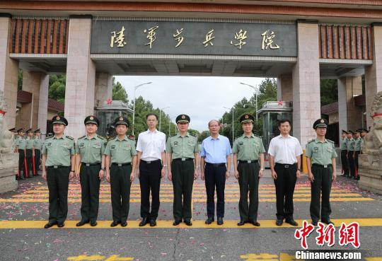 """8月1日,在中国人民解放军建军90周年纪念日,陆军步兵学院成立挂牌仪式在""""英雄城""""南昌举行。 钟欣 摄"""