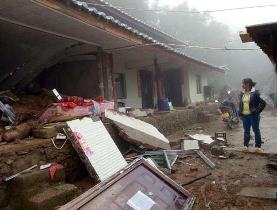 一村平易近家屋宇被泥石流淹埋。 央视消息客户端 图