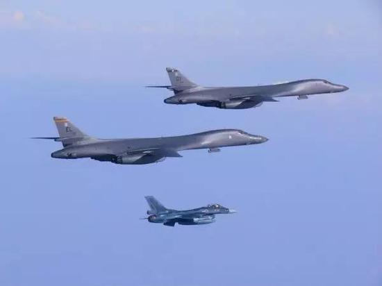 ▲7月30日,两架美国空军B-1B轰炸机在韩日战役机的保护下飞越朝鲜半岛。(路透社)