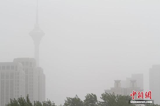 """材料图为天津地标建造之一的""""天塔""""在沙尘中若有若无。 中新社记者 张道正 摄"""