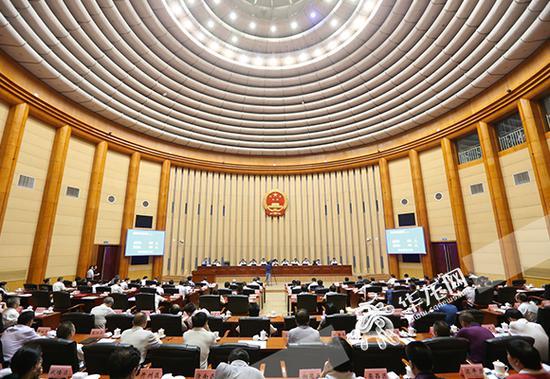 2日,重庆市四届人大常委会第三十八次会议举行第三次全体会议。 记者 李裕锟 摄