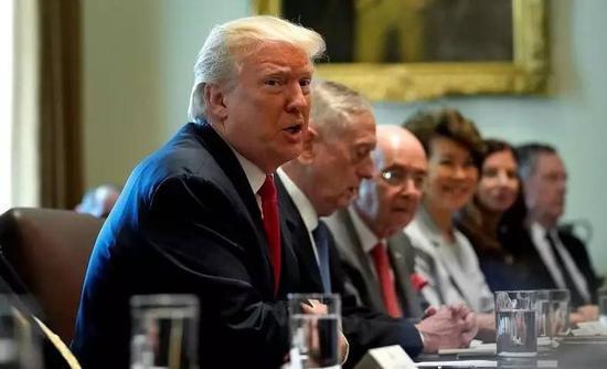 传美方正在制订对华制裁方案。图为7月31日,特朗普召开内阁会议。(路透社)