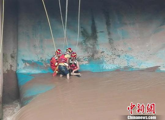 图为消防官兵成功救援。 周杨 摄