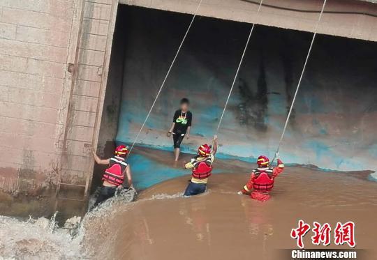 图为男孩手持泥巴抗拒救援。 周杨 摄