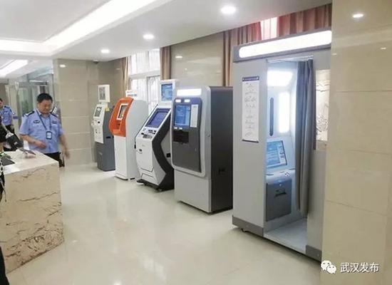 积玉桥派出所一楼大厅新增的身份证自助申请终端(右一)。 本文图均为 微信公众号:武汉发布 图