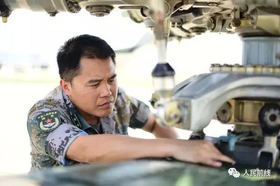 吕永鹏在当真检讨、修缮设备。