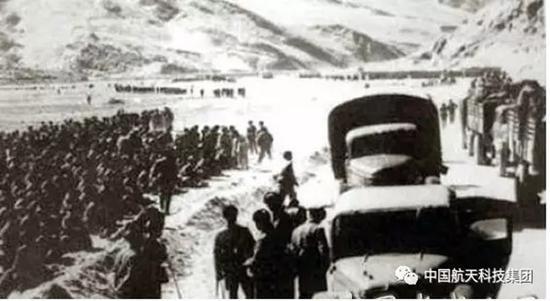 1962年解放军进藏途中。