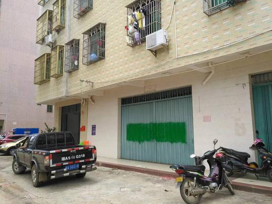 小亮家里的大门被喷上绿色油漆