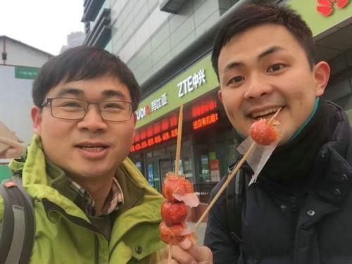资料图片:入船亭游京(右)与许飞。(日本《朝日新闻》网站7月30日)