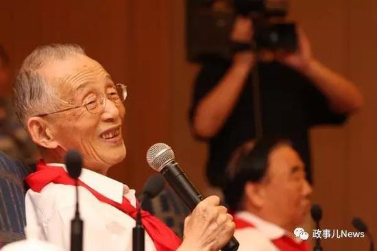 """2009年沈达人在""""红领巾与党员老爷爷共话'七一'""""座谈会上"""
