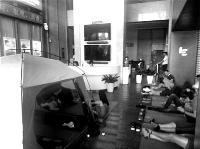 还有讨债人搭起了帐篷 摄影/实习记者 杨思萌