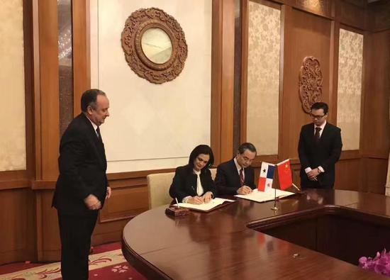 中华人民共和国和巴拿马共和国签署建交联合公报