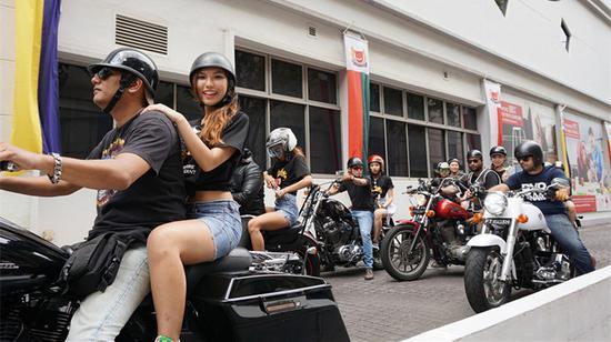新加坡美姐骑车穿行