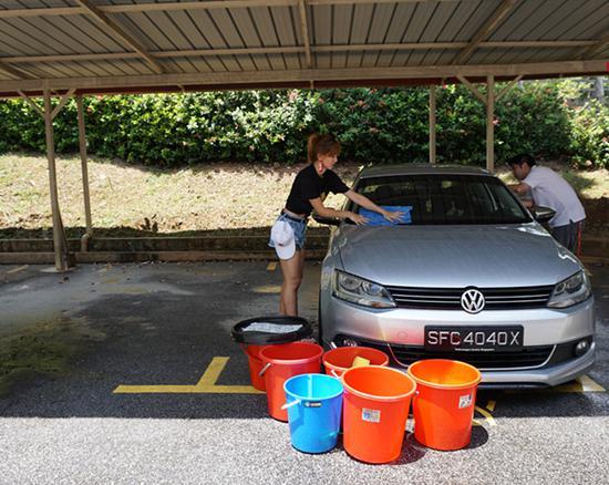 新加坡美姐穿热裤洗车做慈善