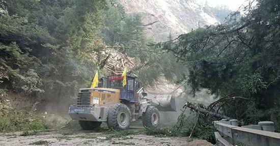 九寨沟震后第一夜:村民自发用挖掘机抢通公路