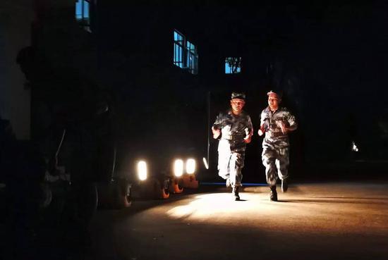 西部战区空军某旅应急分队职员疾速集结。