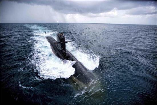 """印度""""卡尔瓦里""""号潜艇2017年5月26日首度试射鱼雷的画面。(图/印度海军)"""