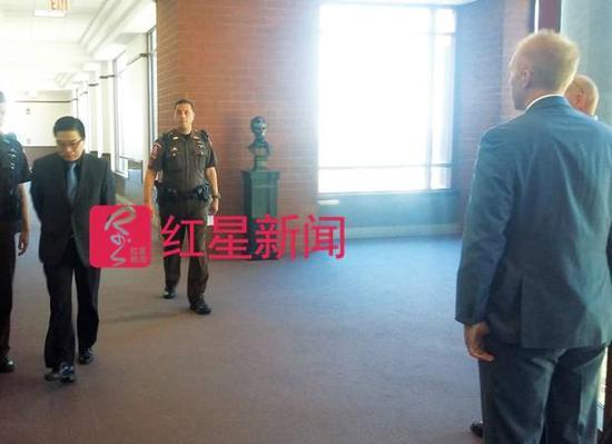 杨雪松被带上法庭  图据美国《伊利诺伊时报》