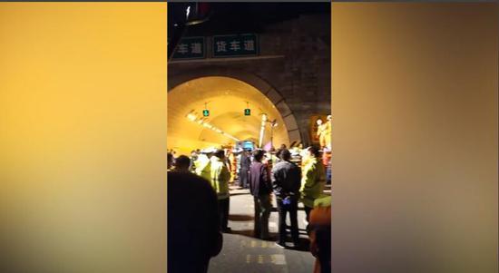 现场:西汉高速陕西段发生交通事故致36死