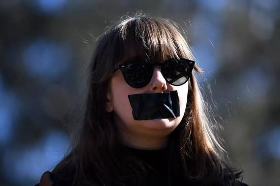 海外校园性侵事件频发,澳大利亚堪培拉当地时间2017年8月1日,澳大利亚国立大学的学生们嘴粘胶布发起示威活动,抗议校园性侵。  图据东方IC