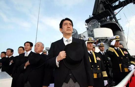 资料图片:安倍出席在横须贺举行的2015年度自卫队阅舰式。
