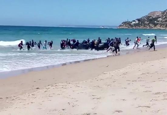 一靠岸,就有难民跳入海中往岸上跑