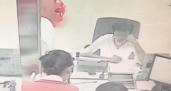 毒犯淡定到银行办业务 被机智柜员识破