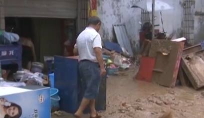 现场:湖南岳阳暴雨停止 淤泥铺满整个街道