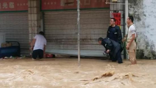 实拍:湖南岳阳发生特大暴雨 大水漫过膝盖