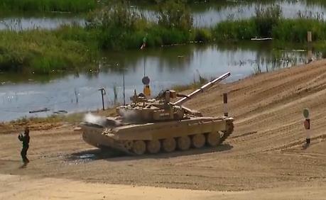 印度坦克抛锚被救援车拖走